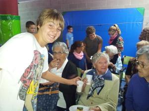 recital-de-cuentos-entre-abuelos-y-nietos-en-el-colegio-puig-agulles